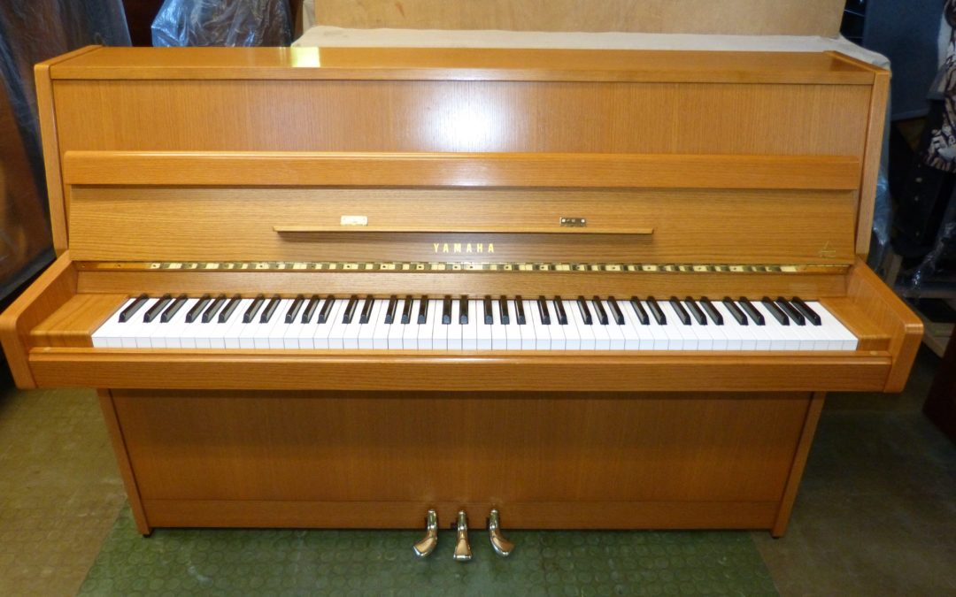 Klavier Yamaha – Eiche hell